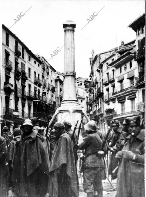 Combatientes en torno al monumento de la turolense plaza del Torico en enero de 1938