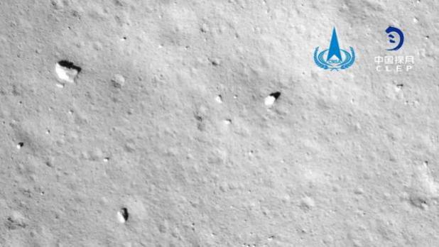 Imagen tomada por la cámara de la sonda Chang'e 5 durante el alunizaje