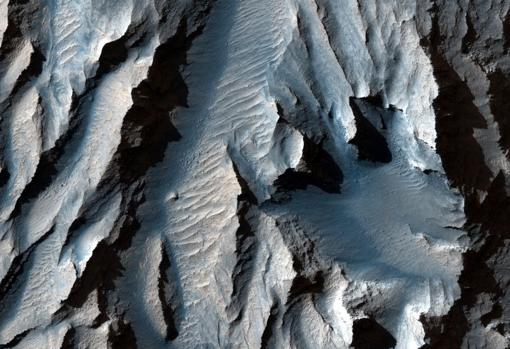 La nueva imagen publicada por la NASA: En la zona de Tithonium Chasma, una parte de Valles Marineris, puede haber registradas evidencias de antiguos cambios climáticos de Marte