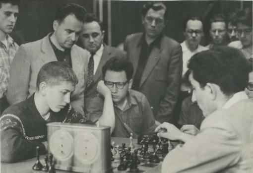 El jugador de ajedrez Bobby Fischer en una partida con 16 años.