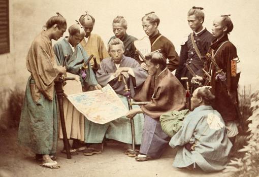 Samuráis posando para una fotografía en el siglo XIX