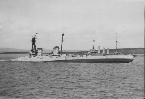El crucero de combate Nuremberg, hundiéndose en Scapa Flow (1919)