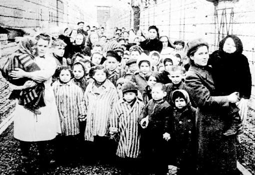Mujeres con niños soviéticos en el campo de concentración