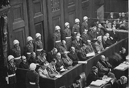 Dönitz, tras la primera fila, durante los juicios a los jerarcas nazis