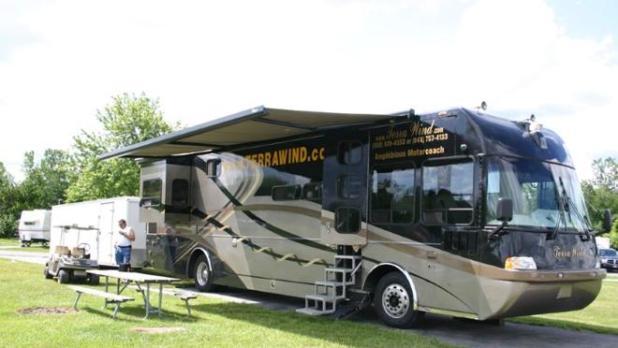 La caravana flotante estacionada en un camping