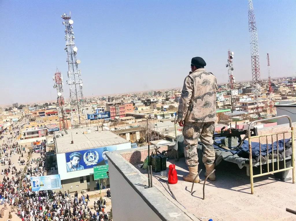Durante el Nowruz, el año nuevo persa, los soldados patrullaban y dormía en los tejados en el centro de Mazar-i-Sharif