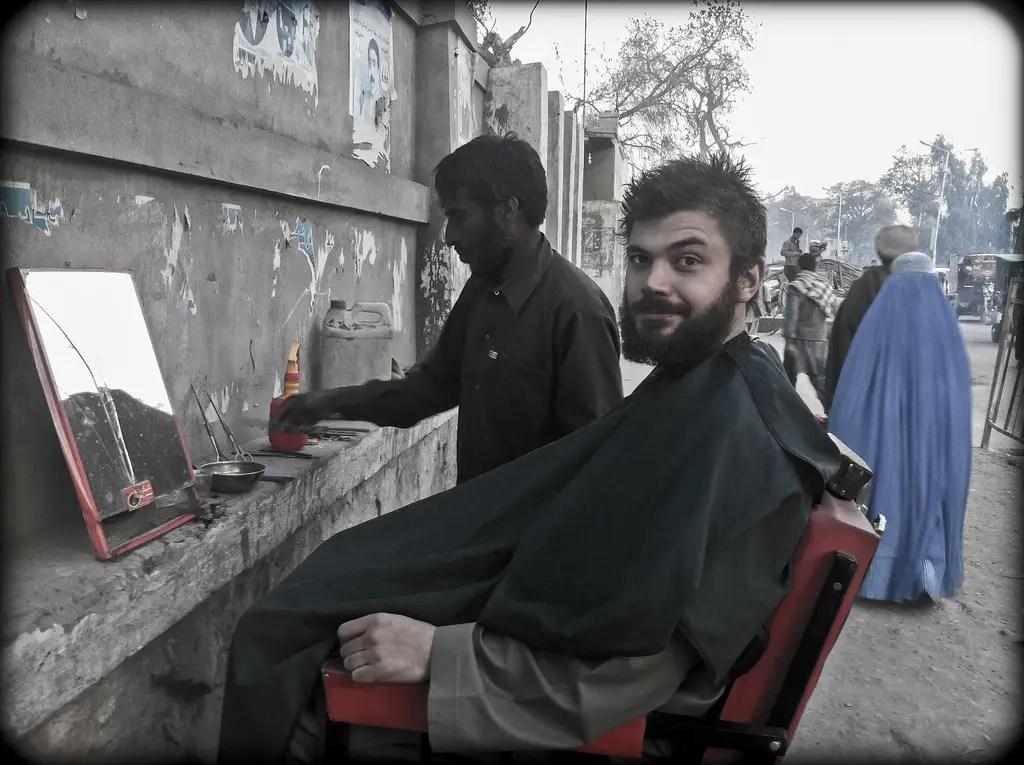 Usted puede obtener un corte de pelo en la calle por $ 1 - éste implicó una navaja de afeitar