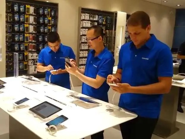 Samsung has tried to create a few stores that look just like Apple Stores.