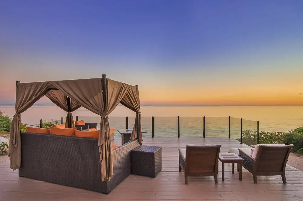 Plus, there's a luxurious viewing platform overlooking the ocean.