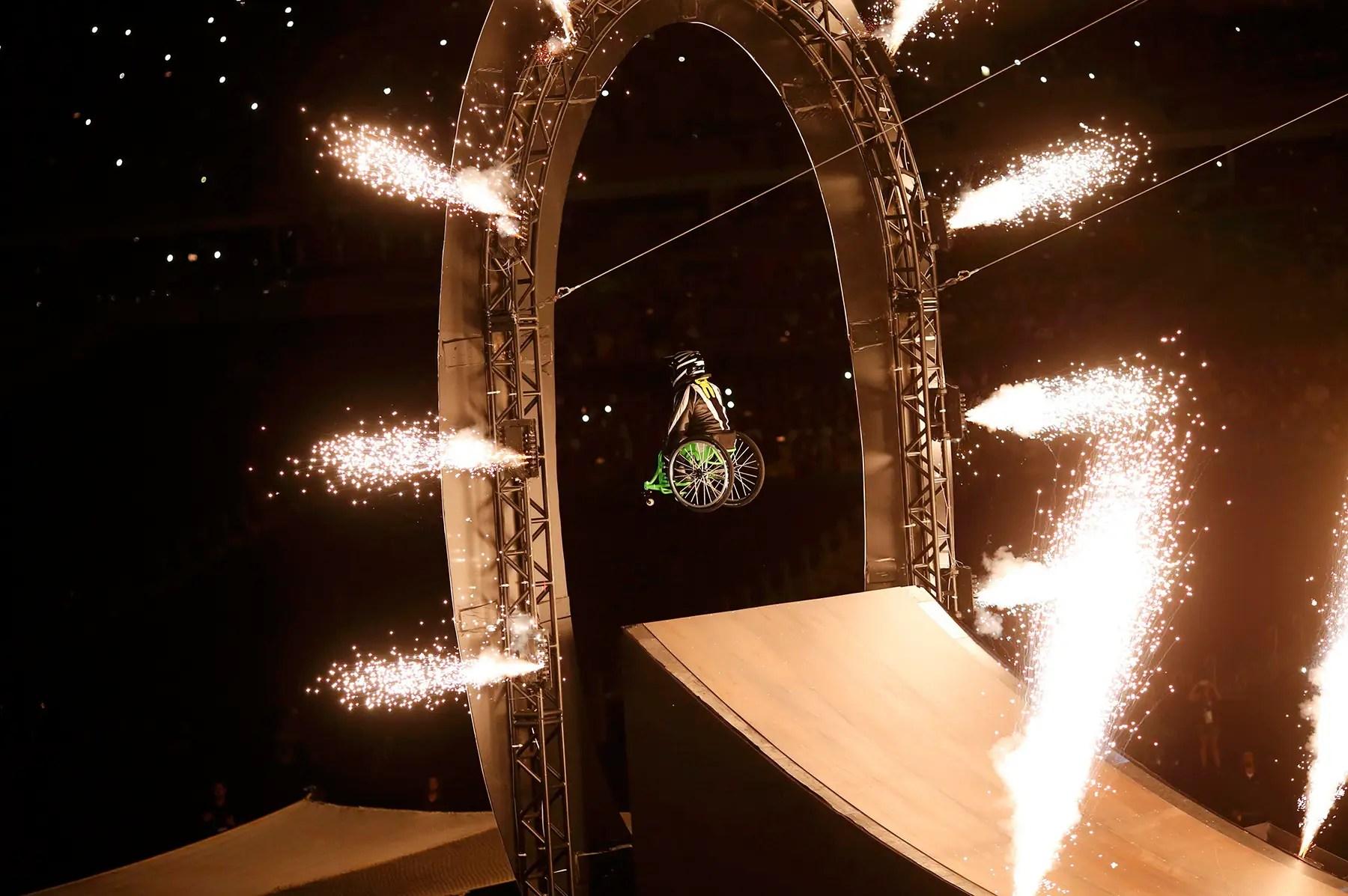 Un intérprete en una silla de ruedas se disparó una rampa durante la ceremonia de apertura.