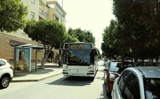 Avenida de Plutarco, con un solo carril para el paso de los vehículos./