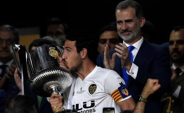 Dani Parejo, kiss the Copa del Rey before the eyes of His Majesty FelipeVI / Afp