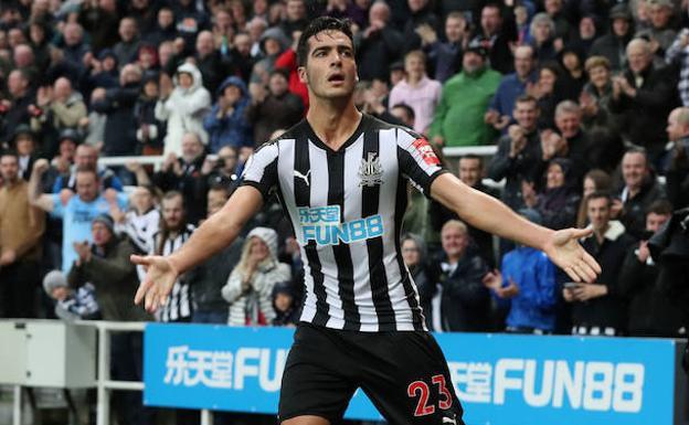Mikel Merino en un partido con el Newcastle./REUTERS