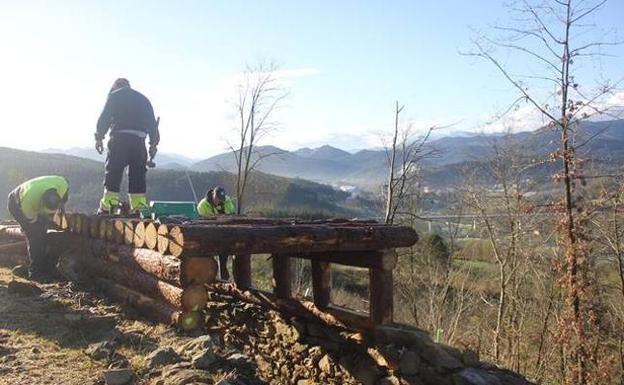 Operarios trabajan en la reconstrucción. / AYTO. DE GALDAKAO