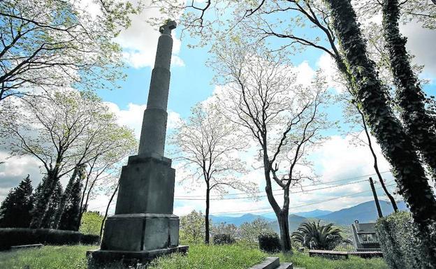 La cruz rememora las dos guerras carlistas y la toma de Bilbao por los requetés en 1937. /Jordi Alemany
