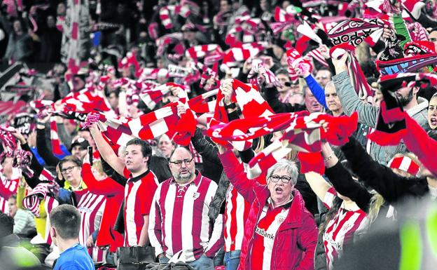 Athletic fans cheer on the team in one of the games in San Mamés.