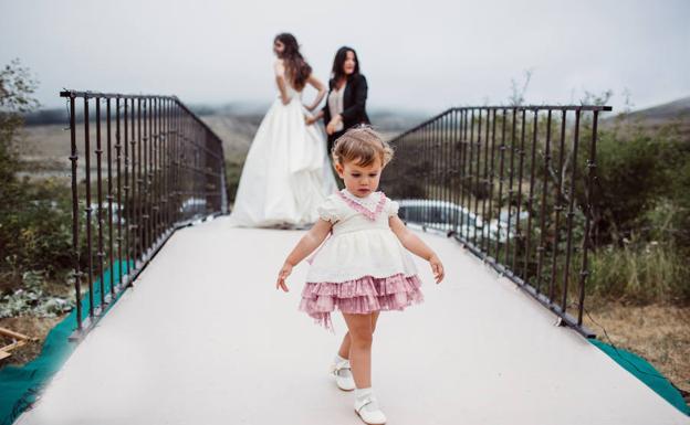 La 'wedding-planner' de fondo, con una pequeña de arras de boda de Marta y David.
