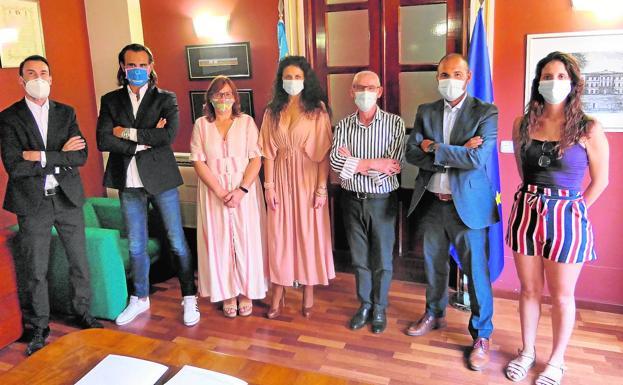 El alcalde, Miguel Chavarría, y la concejala, Susana Cazorla, con los representantes de la entidad bancaria, en la firma del convenio./LP