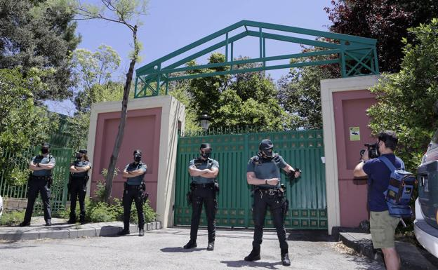Civil guards, this Tuesday at the gates of the Madrid mansion of José Luis Moreno, in Boadilla del Monte.