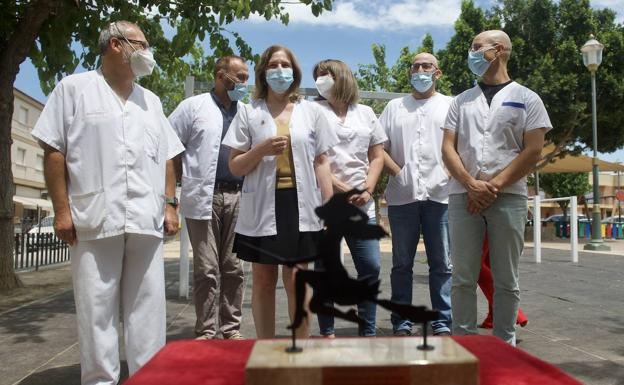 Delivery of the Mask of Honor of the Llano de Brujas Carnival granted to the health center of the district, this Tuesday.