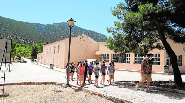 A group of children behind the monitor in one of the summer camps at the Casa Iglesias shelter, yesterday.