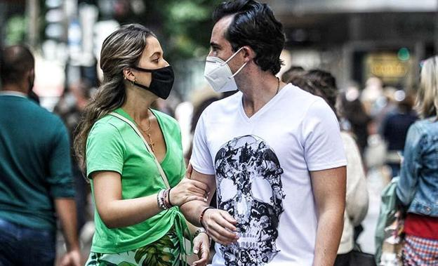 A couple walks with a mask.