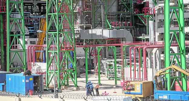 A group of workers, at the Repsol refinery in Escombreras, during one of the last maintenance stops.