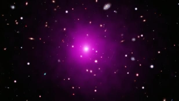 Imagen del cúmulo de galaxias Abell 2261 conseguida sumenado datos ópticos del telescopio espacial Hubble, de la Nasa, y del japonés Subaru con datos de rayos X del Observatorio Chandra. En el centro de la imagen, la gran galaxia cuyo agujero negro se resiste a ser detectado