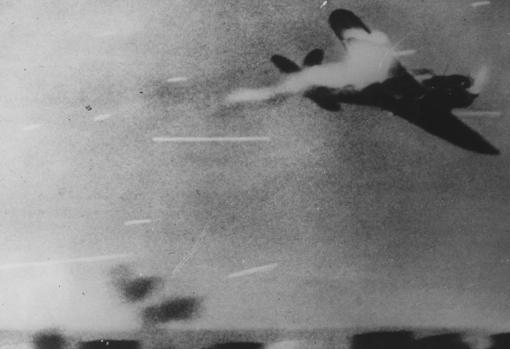 Un kamikaze japonés en plena acción (durante 1945