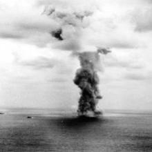 Columna de humo tras la explosión del Yamato