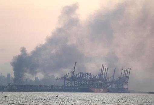 El humo se expande desde el lugar donde se ha procudido la explosión en Beirut