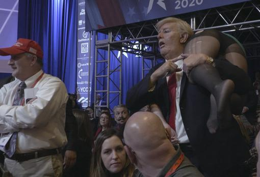 Sacha Baron Cohen se coló en un mitín republicano vestido de Donald Trump