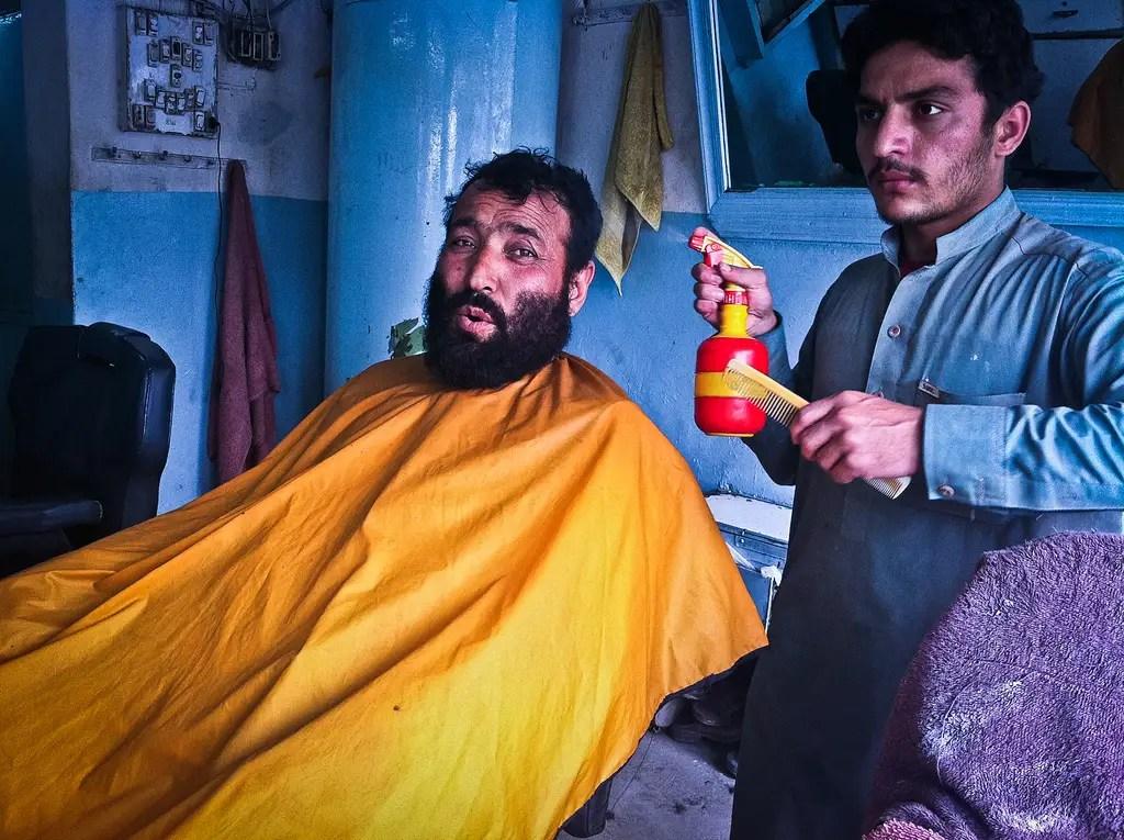 """Por mi corte de pelo en segundo lugar, me dieron un tratamiento completo en un salón supuestamente dirigida por un peluquero gay, que involucró a 13 productos de belleza y tónicos.  El tipo de la lona amarilla señaló que la cantidad de vanidad que tengo que disfrutar de este servicio es """"vergonzoso incluso para una mujer!"""""""