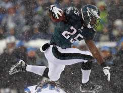 https://i2.wp.com/static4.businessinsider.com/image/52a5e5b8eab8ea4747327d8c/how-lesean-mccoy-broke-the-eagles-64-year-old-rushing-record-in-a-blizzard.jpg?resize=243%2C185&ssl=1