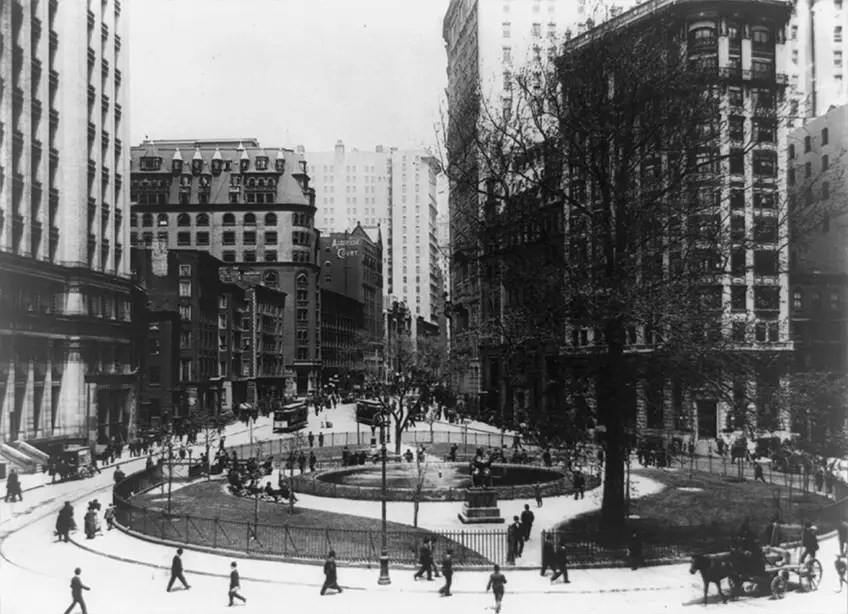 1907: Bowling Green is the oldest public park in NYC, built in 1733.