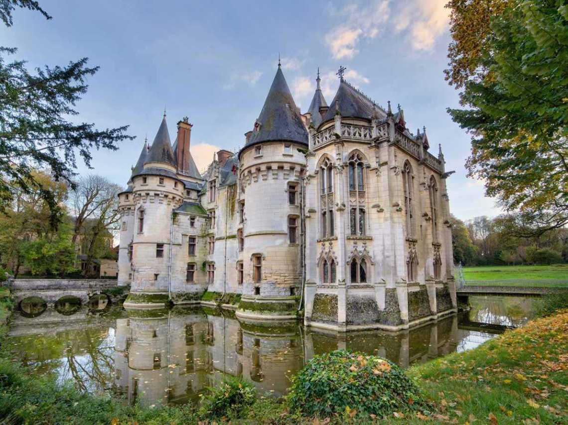 16th Century French Home - a-moat-turned-water-feature-surrounds-the-main-structure-but-theres-no-drawbridge-here--two-bridges-allow-visitors-access_Top 16th Century French Home - a-moat-turned-water-feature-surrounds-the-main-structure-but-theres-no-drawbridge-here--two-bridges-allow-visitors-access  Best Photo Reference_294680.jpg