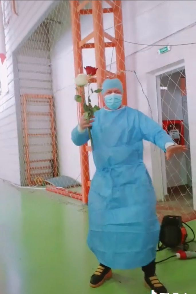 Petrecere cu dans și gesturi obscene într-un centru de vaccinare din Botoșani. Asistenţii, daţi afară. Reacţia CNCAV