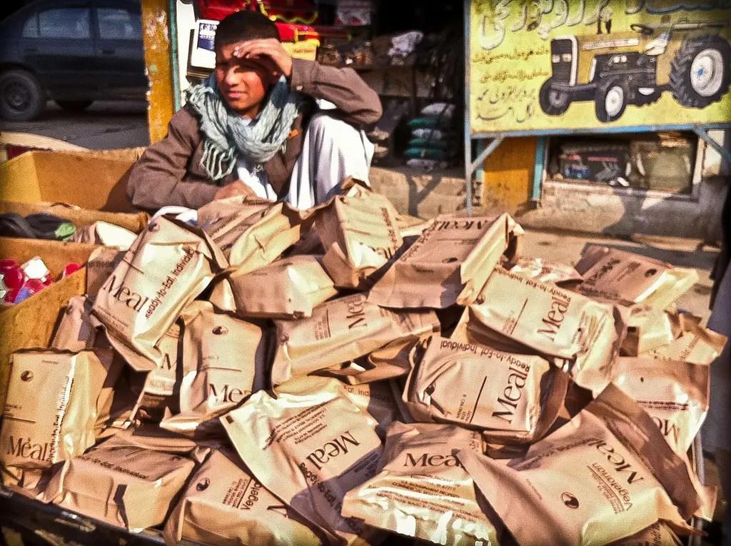 """Las ciudades más grandes tienden a tener afganas bajo tierra """"Mercados de Bush"""", donde se venden cosas que """"se cae de la parte trasera del camión"""" como estos MRE destinados a las tropas estadounidenses para tan poco como 20 centavos de dólar"""