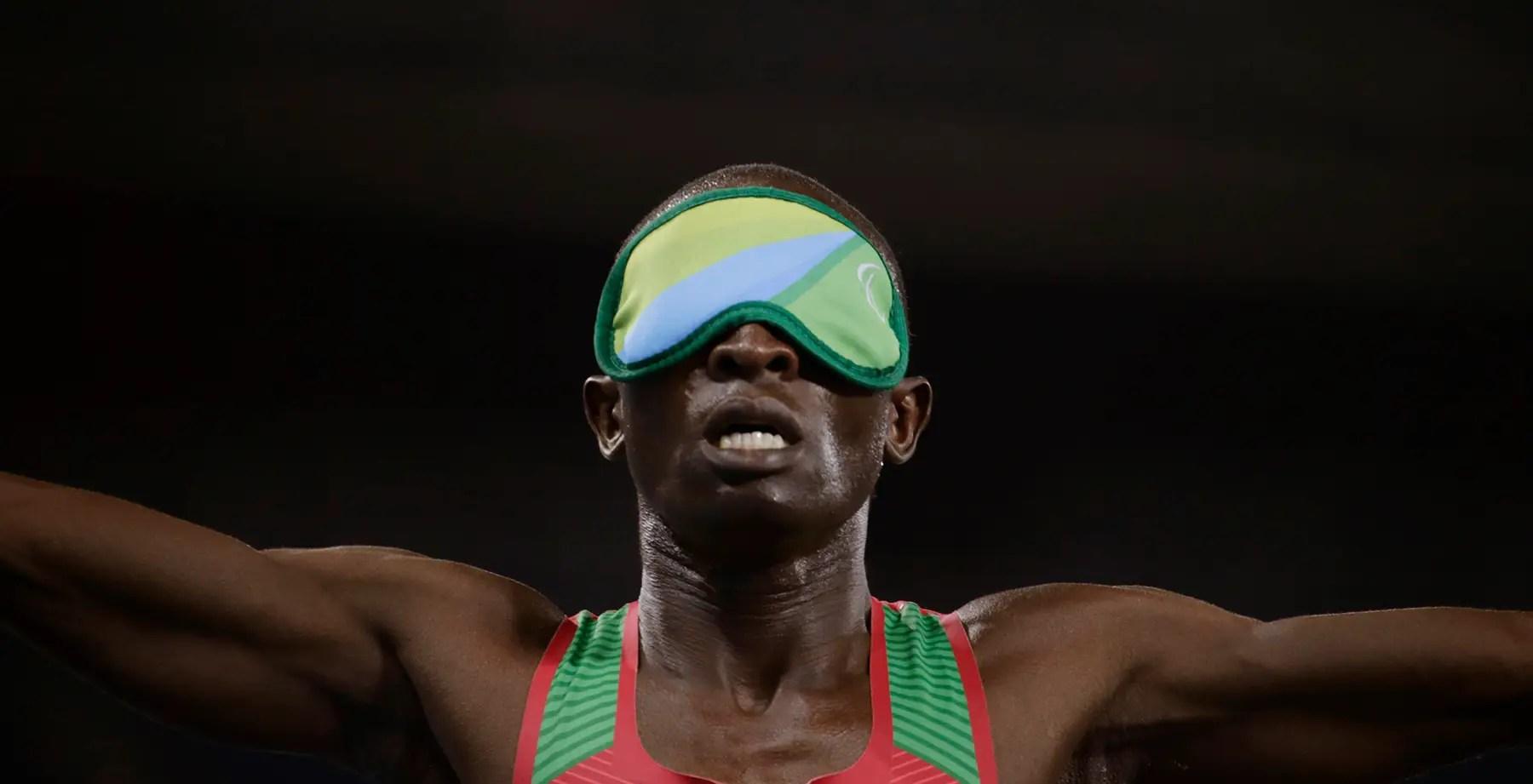 Samwel Mushai Kimani de Kenia gana la medalla de oro en los 1.500 metros.