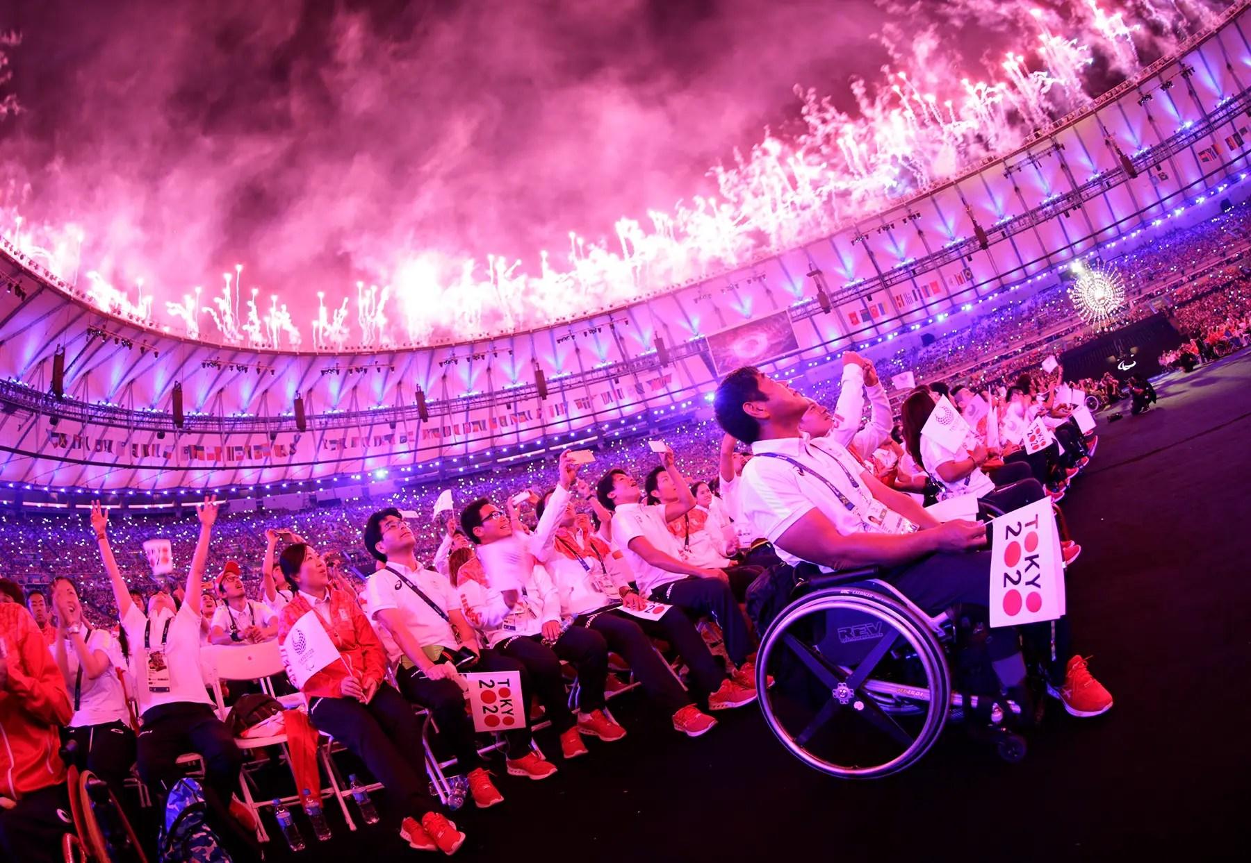 Los paralímpicos pasar la antorcha de los Juegos Paralímpicos de 2020 en Tokio.