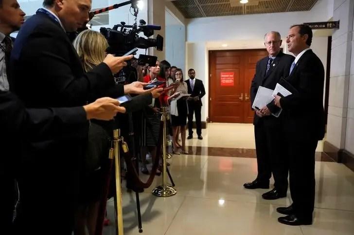 FILE PHOTO - O Representante dos EUA Mike Conaway (R-TX) (2º R) e o Representante Adam Schiff (D-CA) (R) falam aos repórteres na conclusão de uma reunião a domicílio fechado entre o Comitê de Inteligência da Câmara e o conselheiro sênior da Casa Branca Jared Kushner no Capitólio em Washington, EUA 25 de julho de 2017. REUTERS / Jonathan Ernst