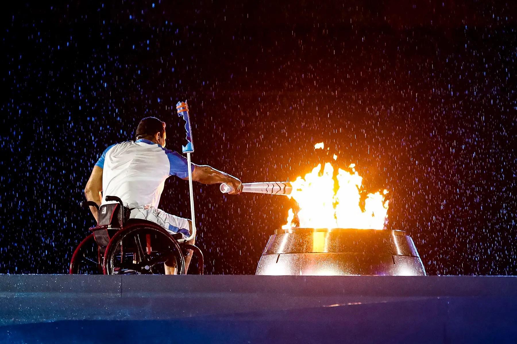 nadador brasileño Clodoaldo Silva enciende el pebetero durante la ceremonia de apertura