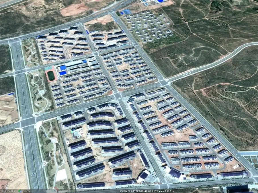More empty houses in ORDOS -- with a luxury development in the upper right