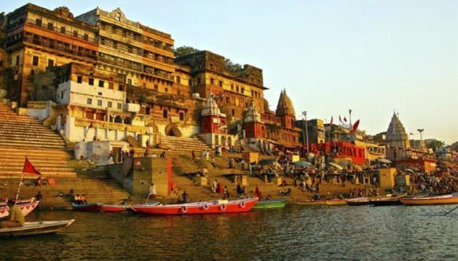 AGUAS SAGRADAS. Miles de personas se sumergen en las aguas del río Ganges para que la diosa de la energía les dé su bendición. (Aguas Cordobesas)