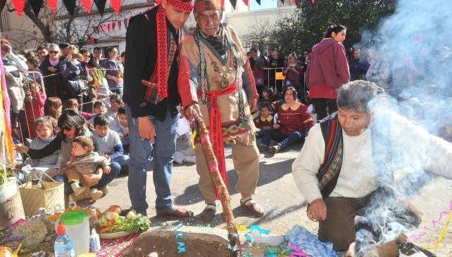 Ceremonia ancestral. En el barrio de Alberdi, decenas de personas honraron a la Pachamama. (Sergio Cejas)