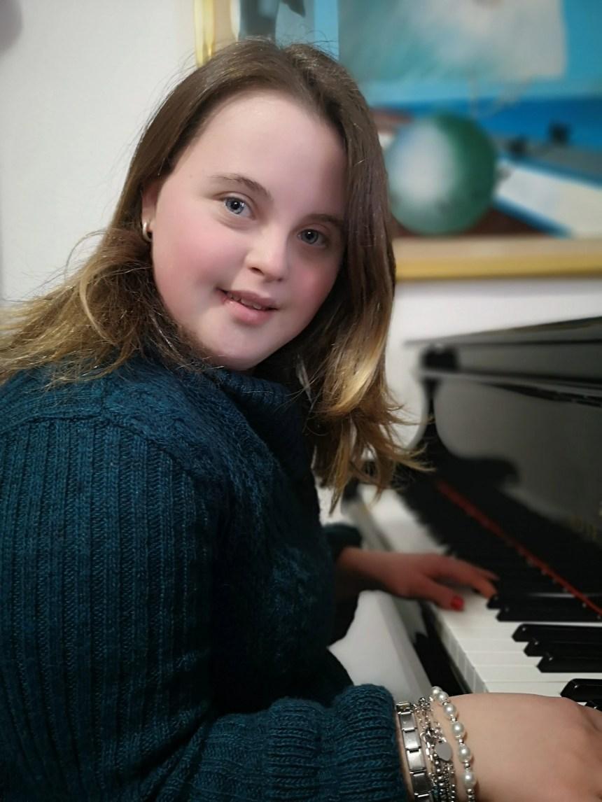 Marianna ama la musica e la recitazione.