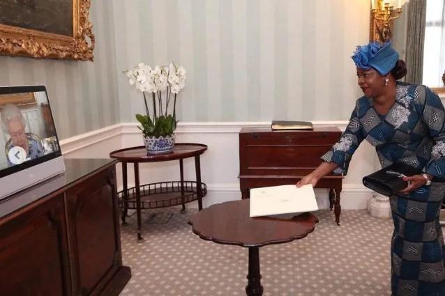 La Regina in video con Sara Affoue Amani, ambasciatrice della Costa d'Avorio