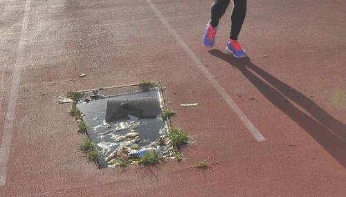 La pista de atletismo del Kempes presenta muchos problemas. Se espera por el nuevo solado, que se ubicará en las afueras. (Foto: Sergio Cejas)