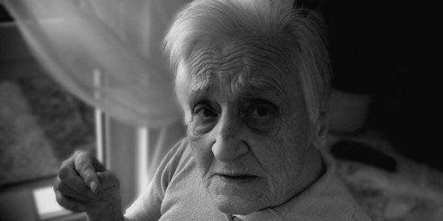 Persona de edad avanzada que sufre demencia.