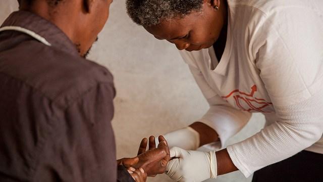 Babongile Luhlongwane, es una de los 90 agentes de salud comunitaria que se han centrado en el consejo sobre VIH y en la realización de la prueba en las zonas más remotas de KwaZulu-Natal.